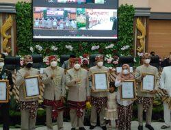 Ketua DPRD Pangandaran Berikan Penghargaan Ke Pemerintah Daerah Di Hari Jadi Ke 9 Kabupaten Pangandaran